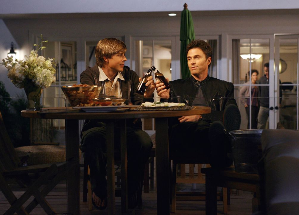 Feierabend: William (Chris Lowell, l.) und Pete (Tim Daly, r.) ... - Bildquelle: 2007 American Broadcasting Companies, Inc. All rights reserved.