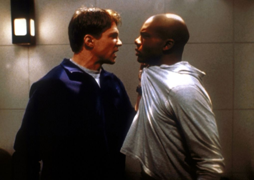 Riley (Marc Blucas, l.) hat Streit mit Forrest (Leonard Roberts, r.), seinem Freund und Untergebenen ... - Bildquelle: TM +   2000 Twentieth Century Fox Film Corporation. All Rights Reserved.