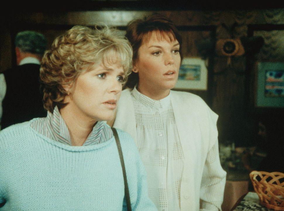 Cagney (Sharon Gless, l.) und ihre Kollegin Lacey (Tyne Daly) möchten im Restaurant von Eduardo bedient werden. Doch sie müssen erfahren, dass er... - Bildquelle: ORION PICTURES CORPORATION. ALL RIGHTS RESERVED.