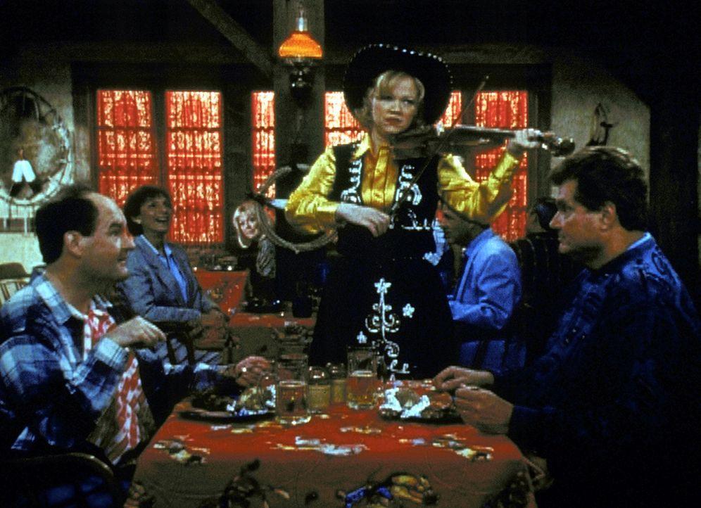 Tante Hilda (Caroline Rhea, M.) spielt als Stehgeigerin in einem Lokal - sehr zum Leidwesen der Gäste ... - Bildquelle: Paramount Pictures