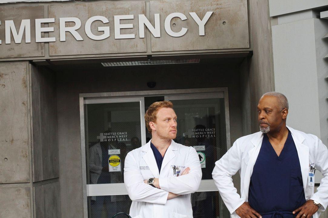 Eine schwere Hausforderung wartet auf die Ärzte, wobei sich dabei nicht alle ganz einig sind: Owen (Kevin McKidd, l.) und Webber (James Pickens Jr.,... - Bildquelle: Touchstone Television