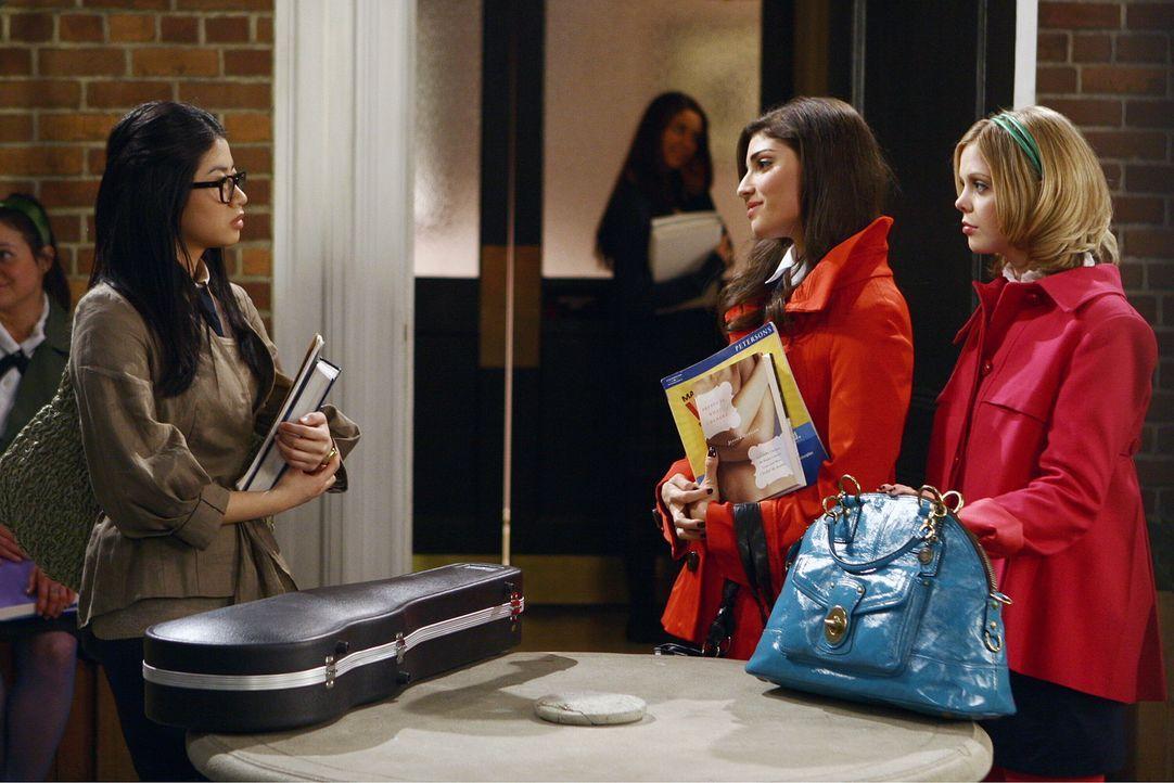 Blair kann keine Konkurrenz ertragen und so müssen Hazel (Dreama Walker, r.) und Penelope (Amanda Setton, M.) herausfinden, wo die Schwachpunkte vo... - Bildquelle: Warner Bros. Television