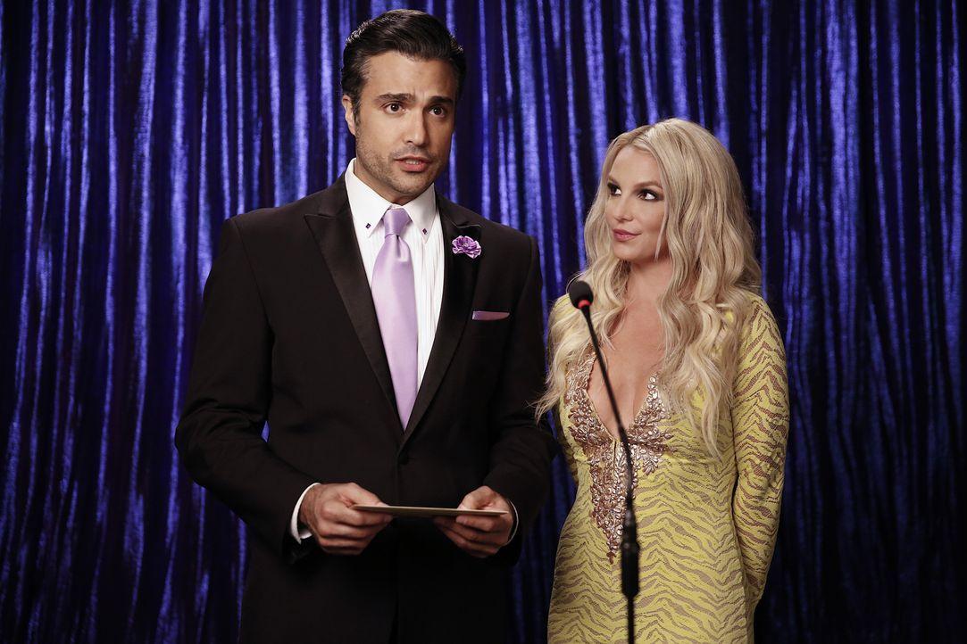 Während Jane endlich eine Entscheidung hinsichtlich ihres Liebeslebens treffen möchte, erwartet Rogelio (Jaime Camil, l.) eine Entschuldigung von Br... - Bildquelle: Greg Gayne 2015 The CW Network, LLC. All rights reserved.