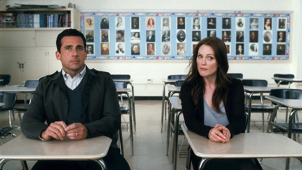 Ein One-Night-Stand bringt die Ehe von Cal (Steve Carell, l.) und Emily (Julianne Moore, r.) gehörig ins Straucheln, während auch ihre beiden Kinder... - Bildquelle: Warner Bros.