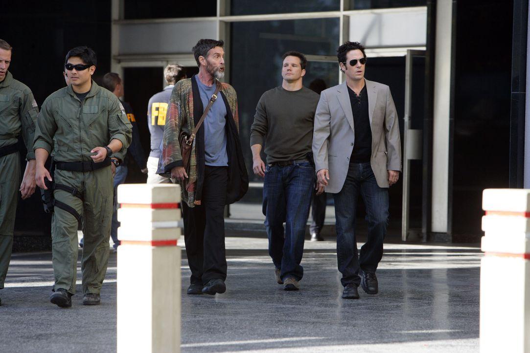Um den neuen Fall zu lösen, müssen Colby (Dylan Bruno, 2.v.r.) und Don (Rob Morrow, r.) mit dem Hellseher Simon Kraft (John Glover, M.) zusammenarbe... - Bildquelle: Paramount Network Television