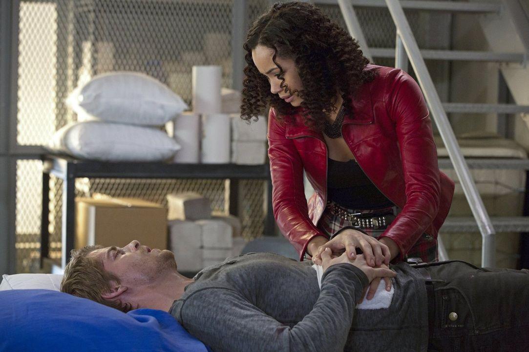 """Kann John (Luke Mitchell, l.) Astrid (Madeleine Mantock, r.) vor den Ermittlungen von """"Ultra"""" schützen? - Bildquelle: Warner Bros. Entertainment, Inc"""