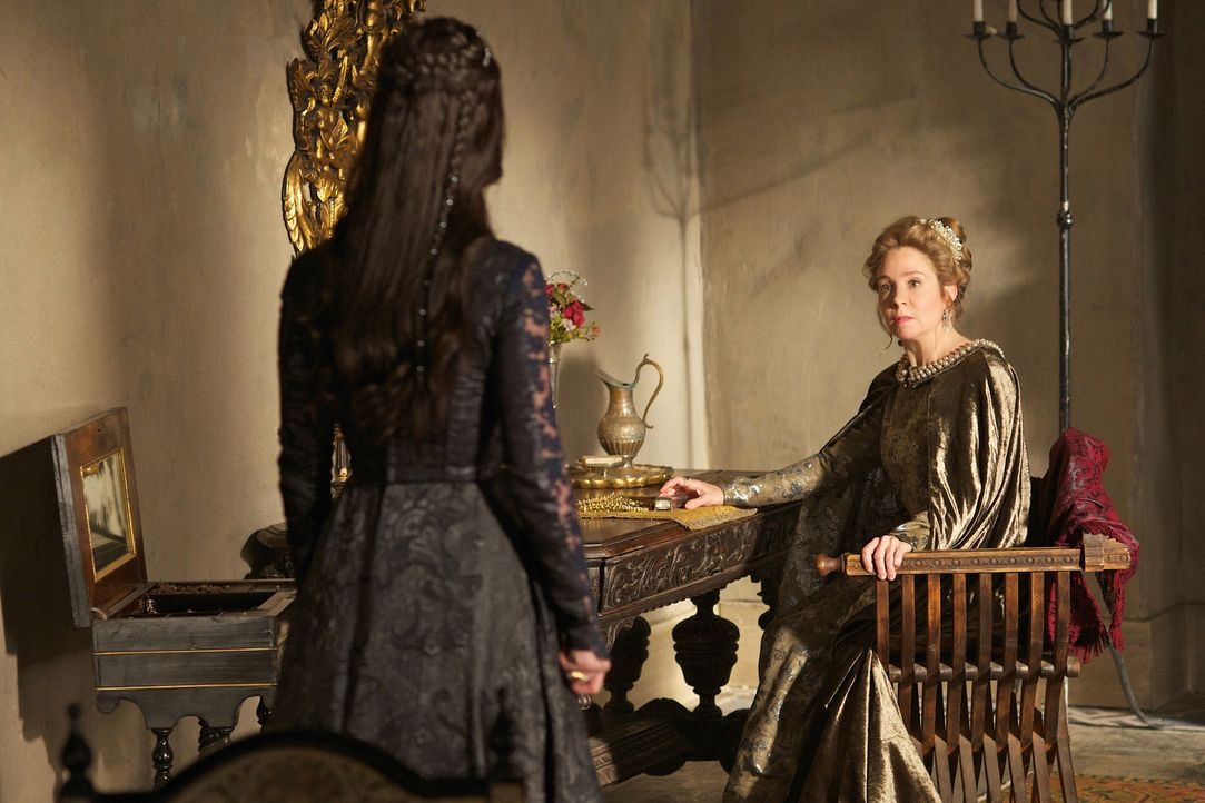 Eine Konfrontation zwischen Catherine (Megan Follows, r.) und Mary (Adelaide Kane, l.) bringt eine schreckliche Tat ans Licht ... - Bildquelle: Sven Frenzel 2014 The CW Network, LLC. All rights reserved.