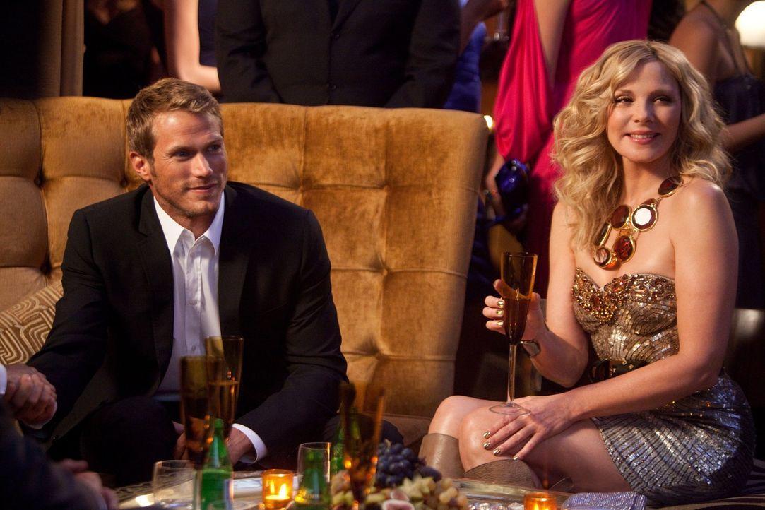 Als Samantha (Kim Cattrall, r.) ihren Ex, Smith Jerrod (Jason Lewis, l.), zur Premierenfeier begleitet, lernt sie einen überaus reichen Scheich aus... - Bildquelle: Warner Brothers
