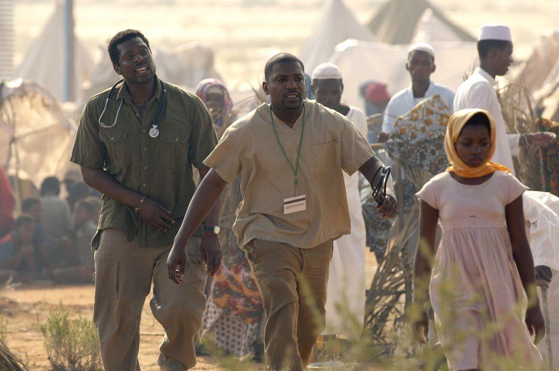 Dr. Dakarai (Eamonn Walker, l.) zeigt Pratt (Mekhi Phifer, M.) seinen neuen Arbeitsplatz ... - Bildquelle: Warner Bros. Television