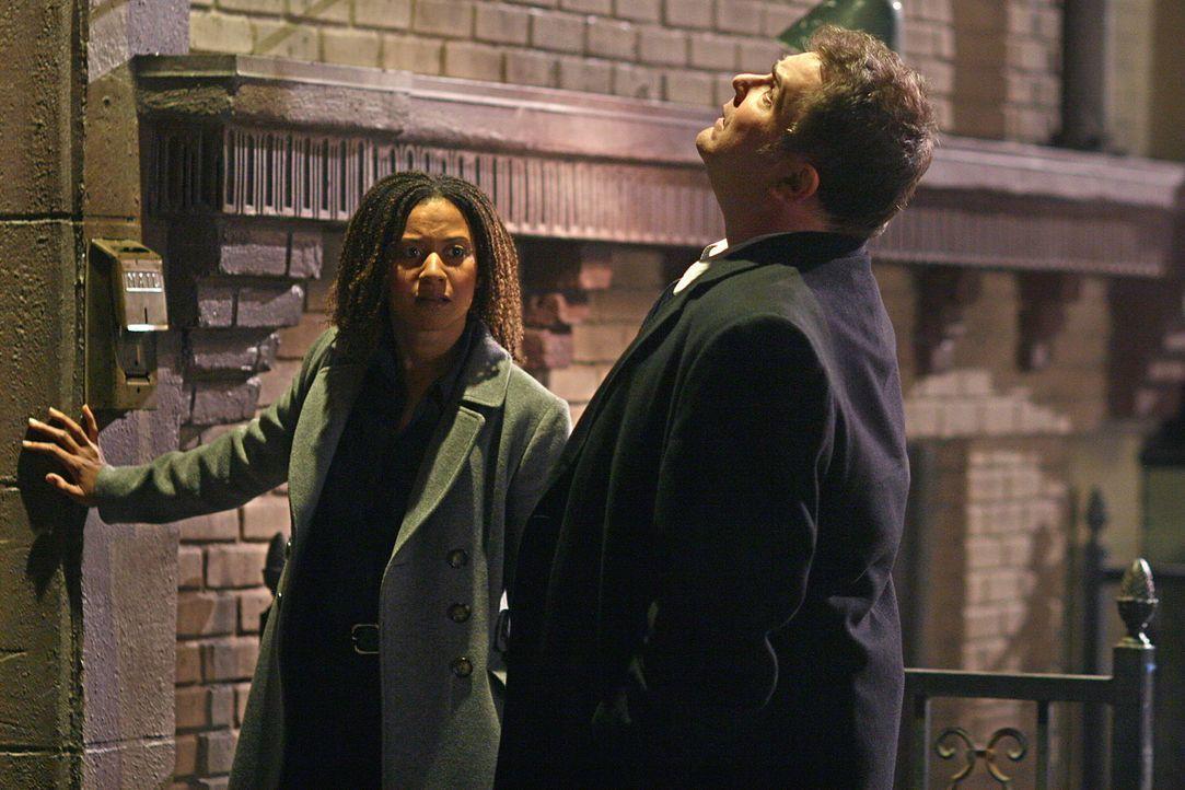 Auf der Suche nach einer verschwunden Frau: Nick Vera (Jeremy Ratchford, r.) und Kat Miller (Tracie Thoms, l.) ... - Bildquelle: Warner Bros. Television