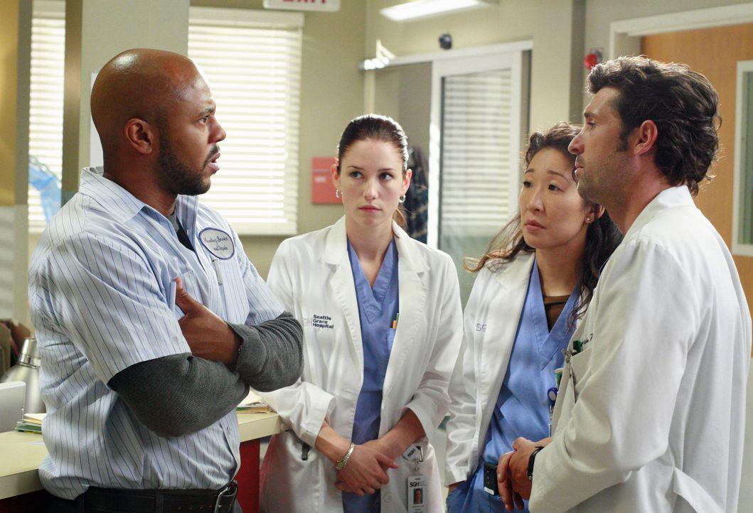 Derek (Patrick Dempsey, r.), Lexie (Chyler Leigh, 2.v.l.) und Cristina  (Sandra Oh, 2.v.r.) sprechen mit Sean (Rockmond Dunbar, l.), Teresas Ehemann... - Bildquelle: Touchstone Television