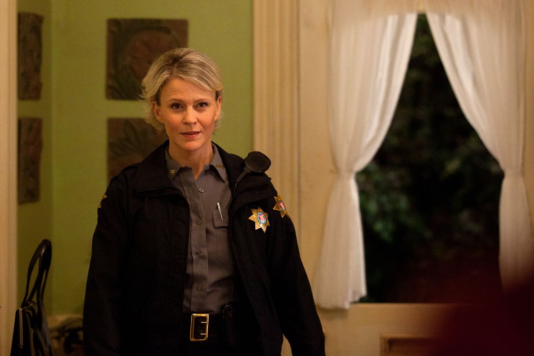 Sheriff Forbes (Marguerite Macintyre) weiß nicht mehr, wem sie noch vertrauen kann ... - Bildquelle: Warner Bros. Television