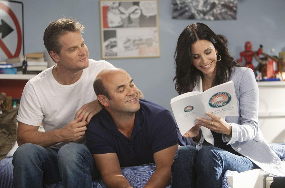 Jules (Courteney Cox, r.) muss Travis behilflich sein, denn Andy (Ian Gomez, M.) und Bobby (Brian Van Holt, l.) haben ihn am College besucht und wol... - Bildquelle: 2010 ABC INC.