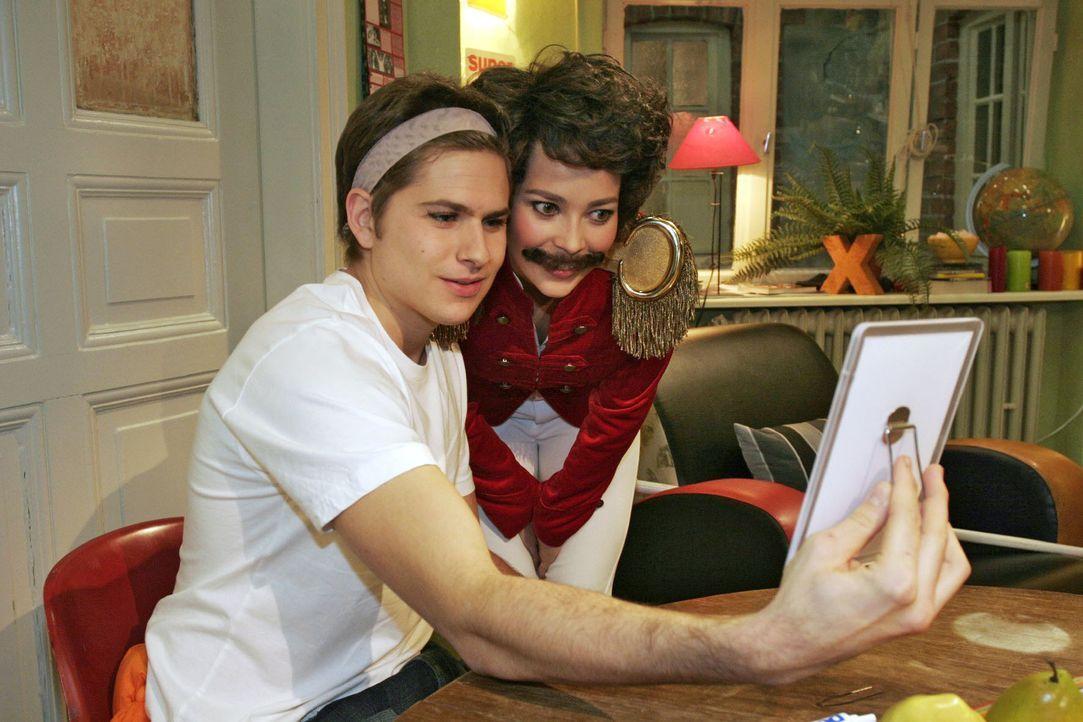 Timo (Matthias Dietrich, l.) und Hannah (Laura Osswald, r.), als Tambourmajor kostümiert, bereiten sich auf den Maskenball vor ... - Bildquelle: Noreen Flynn SAT.1 / Noreen Flynn