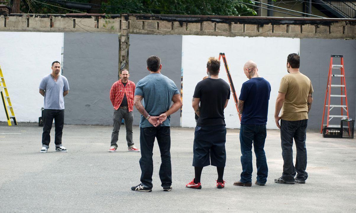Chris Nunez (l.) und Oliver Peck (2.v.l.) wollen von Shane O'Neill (3.v.l.), Josh Woods (3.v.r.), Tommy Helm (2.v.r.) und James Vaughn (r.) sehen, o... - Bildquelle: Fernando Leon Spike TV