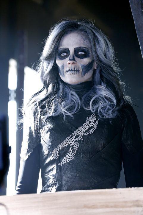 Silver Banshee (Italia Ricci) ist eine echte Bedrohung für Supergirl. Mit ihrem schrillen Schrei kann sie jeden außer Gefecht setzen ... - Bildquelle: 2015 Warner Bros. Entertainment, Inc.