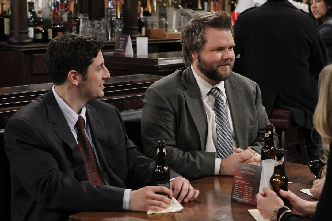 Treffen sich in ihrer Stammkneipe, um die Ereignisse der letzten Tage revuepassieren zu lassen: Larry (Tyler Labine, r.) und Ben (Jason Biggs, l.) - Bildquelle: CPT Holdings, Inc. All Rights Reserved.