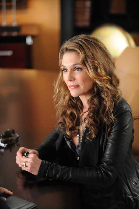 Caroline (Paige Turco) will ihren verunglückten Noch-Ehemann, den Rockstar Max Wilder, unbedingt am Leben erhalten. Denn solange dieser lebt, kann... - Bildquelle: CBS Studios Inc. All Rights Reserved.