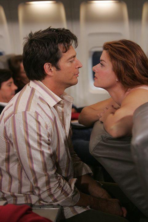 Grace (Debra Messing, r.)  und Leo (Harry Connick Jr., l.) stellen fest, dass sie ganz ungezwungen miteinander umgehen können und wollen die Freude... - Bildquelle: NBC Productions