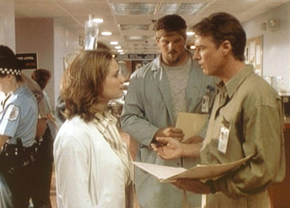 Dr. Cvetic (John Terry, r.), Chef der Psychiatrie, lehnt es ab, der verhaltensgestörten Schwester von Dr. Lewis (Sherry Stringfield, l.) zu helfen. - Bildquelle: TM+  WARNER BROS.