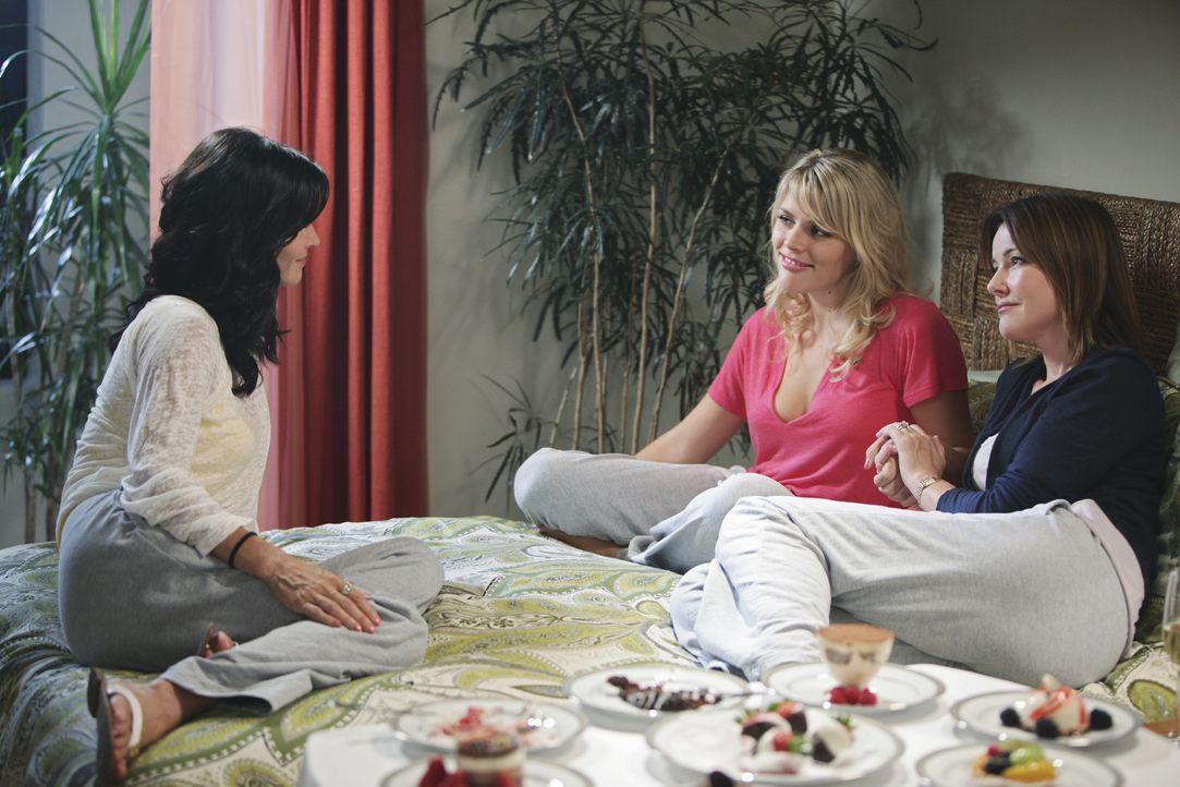 Jules (Courteney Cox, l.) behauptet, 40 zu werden und lädt Laurie (Busy Philipps, M.) und Ellie (Christa Miller, r.) in ein wunderschönes Strandho... - Bildquelle: 2009 ABC INC.