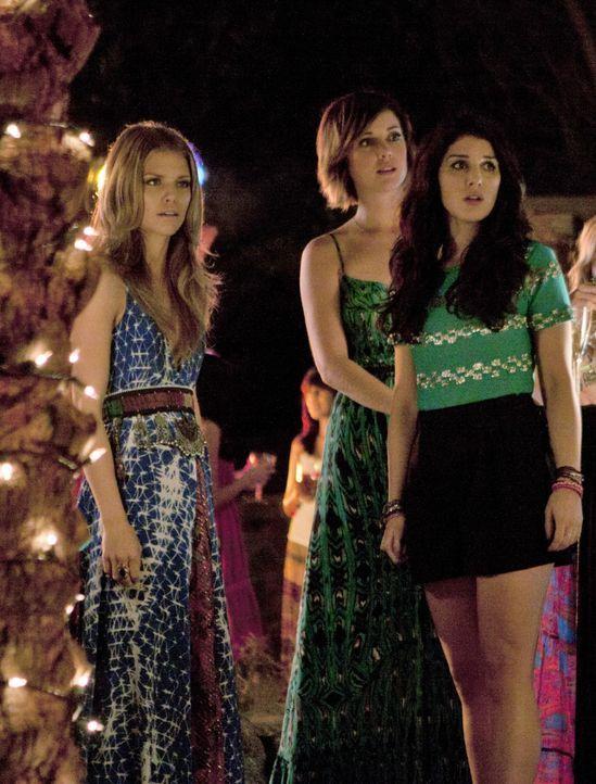Können nicht fassen, dass Liam auf einmal auftaucht (v.l.n.r.): Naomi (AnnaLynne McCord), Erin (Jessica Stroup) und Annie (Shenae Grimes). - Bildquelle: TM &   2011 CBS Studios Inc. All Rights Reserved.