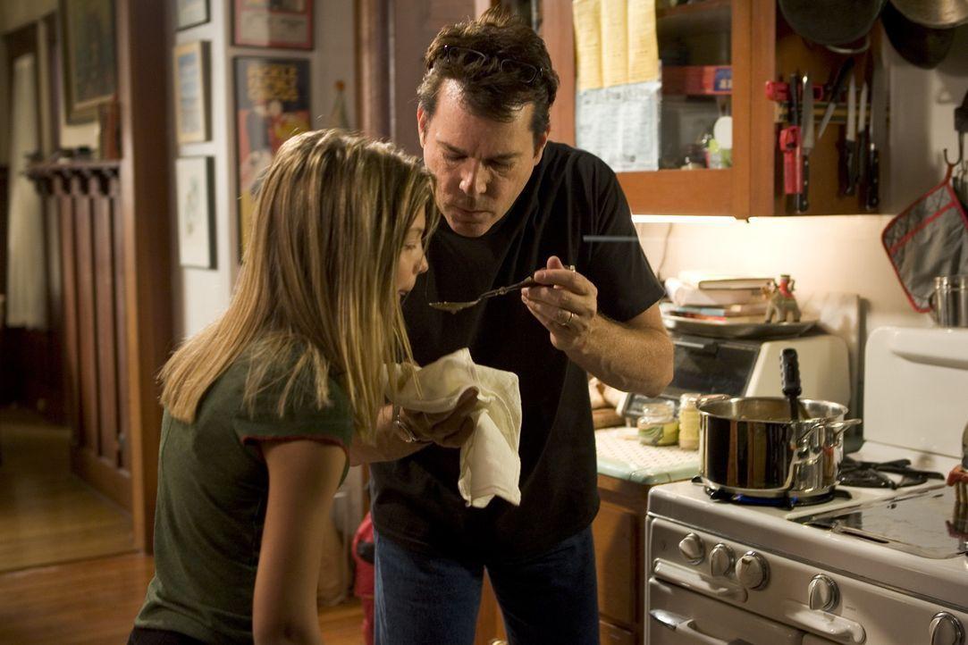Eine trügerische Idylle: Während Vater Tom (Ray Liotta, r.) und Tochter Nicole (Carson Brown, l.) das Essen zubereiten, geht die Mutter und Ehefra...