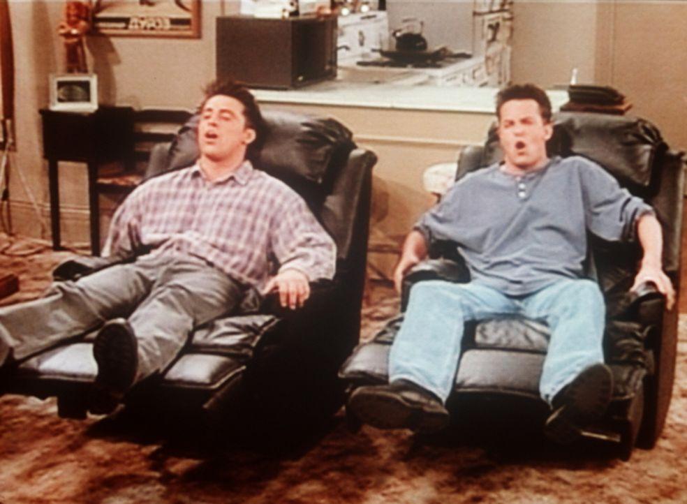 Joey (Matt LeBlanc, l.) hat neue Sessel und einen Fernseher gekauft. Jetzt wollen er und Chandler (Matthew Perry, r.) nichts mehr mit der Außenwelt... - Bildquelle: TM+  2000 WARNER BROS.