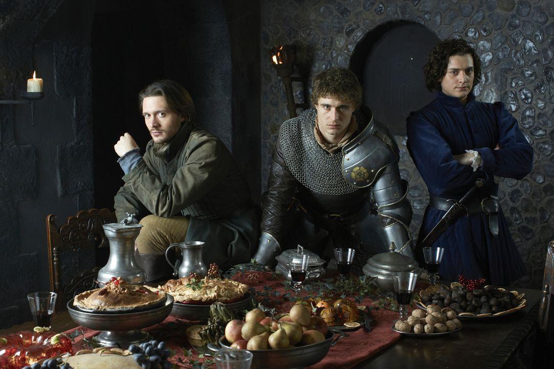 Der Krieg um den englischen Thron verstrickt auch König Edward (Max Irons, M.), seinen Bruder George, den Duke of Clarence (David Oakes, l.) und Ric... - Bildquelle: 2013 Company Television Limited LEGAL