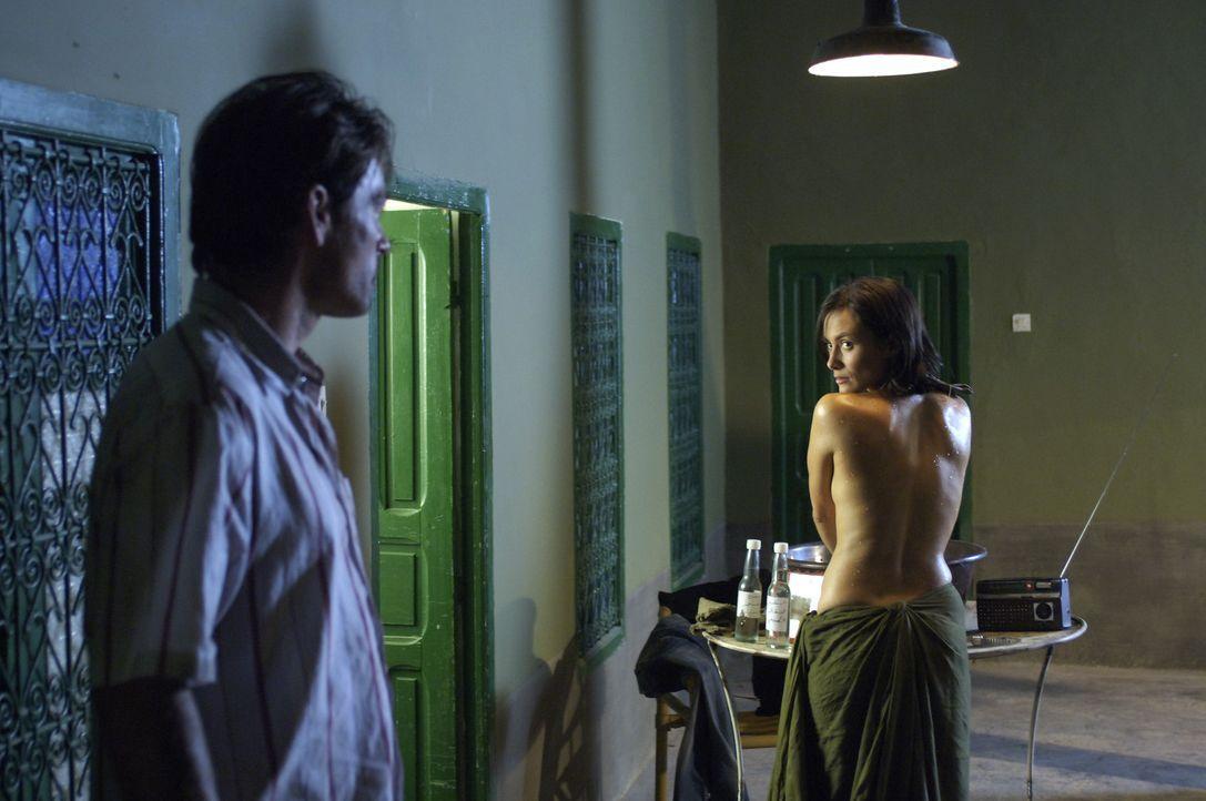 Schon bald setzt Akila (Idil Üner, r.) ihren ganzen Charme ein, um Sascha (Jan Sosniok, l.) für sich zu gewinnen. Doch das ist nicht so einfach ... - Bildquelle: ProSieben