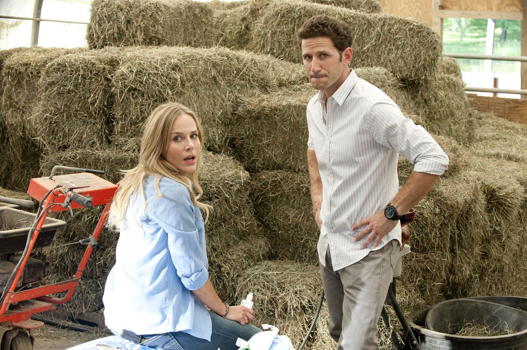 Als Hank (Mark Feuerstein, r.) bei einem Routineeinsatz, bei dem er bei Elyse (Julie Benz, l.) Fäden ziehen muss, erkennt, dass ihre Blutgerinnungsz... - Bildquelle: David Giesbrecht 2011 Open 4 Business Productions, LLC. All Rights Reserved.