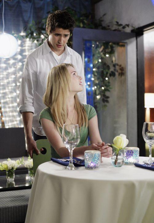 Sein Plan geht vorläufig auf: Kyle (Matt Dallas, hinten) und Amanda (Kirsten Prout, vorne) genießen die gemeinsame Zeit ... - Bildquelle: TOUCHSTONE TELEVISION