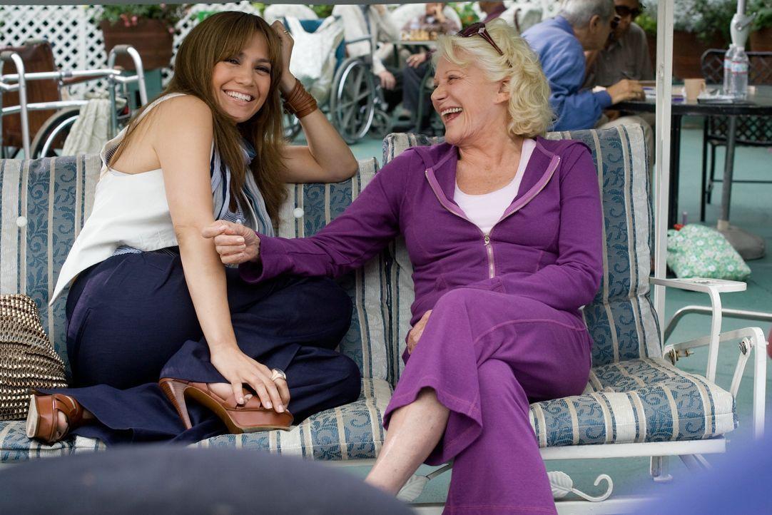 Schon ewig träumt Zoe (Jennifer Lopez, l.) von einer eigenen kleinen Familie und hofft auf die uneingeschränkte Unterstützung ihrer Großmutter Nana... - Bildquelle: 2010 Concorde Filmverleih GmbH