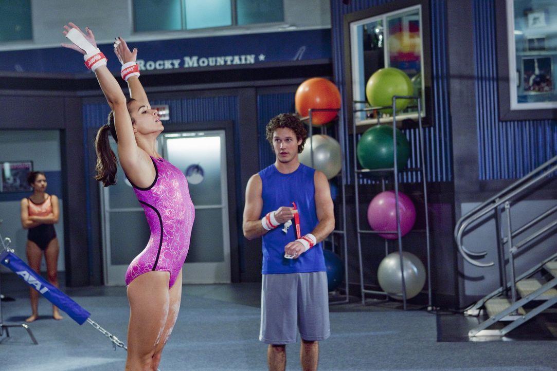 """Carter (Zachary Abel, r.) darf auch wieder im """"Rock"""" trainieren. Wird sich Kaylie (Josie Loren, l.) von seiner Anwesenheit ablenken lassen? - Bildquelle: 2009 Disney Enterprises, Inc. All rights reserved."""