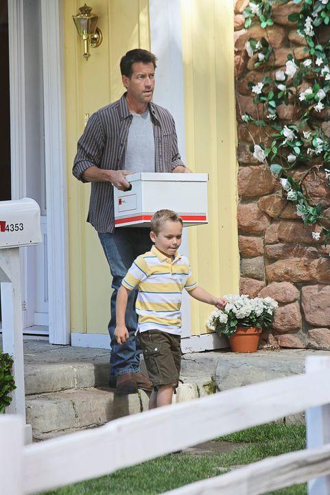 Die Koffer sind gepackt: Susan zieht mit Mike (James Denton, l.) und M.J. (Mason Vale Cotton, r.) von der Wisteria Lane weg, um ihre finanziellen Sc... - Bildquelle: ABC Studios