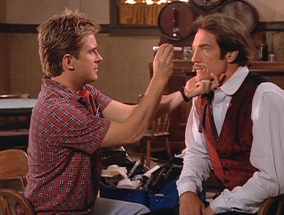 Jesse (Charlie Schlatter, l.) untersucht Steve (Barry Van Dyke, r.), der nach einem misslungenen Stunt an Schwindelanfällen leidet. - Bildquelle: Viacom