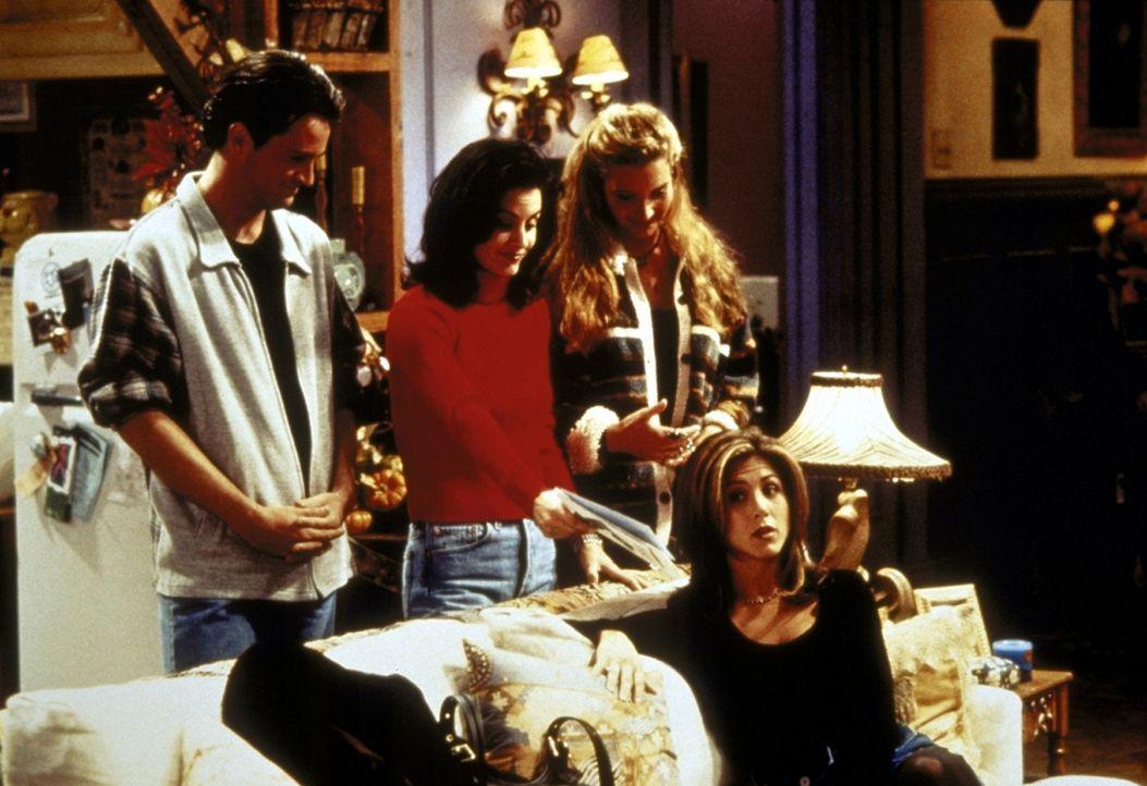 Chandler (Matthew Perry, l.), Monica (Courteney Cox, 2.v.l.) und Phoebe (Lisa Kudrow, 3.v.l.) haben für Rachels (Jennifer Aniston, vorne r.) Reise... - Bildquelle: TM+  2000 WARNER BROS.