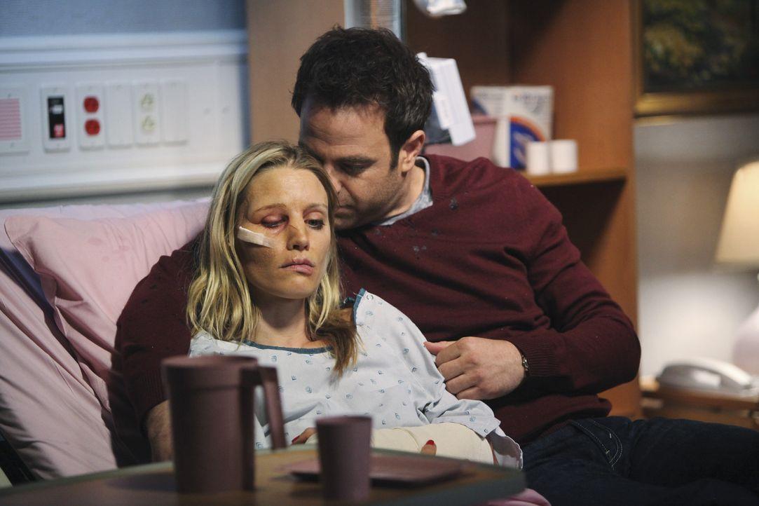 Während Sheldon keine Ahnung hat, mit wem er es bei seinem neuen Patienten zu tun hat, versucht Cooper (Paul Adelstein, r.) alles, um Charlotte (KaD... - Bildquelle: ABC Studios