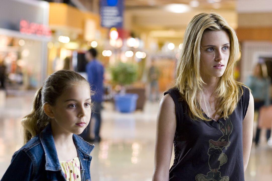 Seit der Trennung von ihrem Mann hat Sarah zu ihrer Teenager-Tochter Lucy (Kirsten Stewart, r.) ein schlechtes Verhältnis, mit ihrer kleineren Tocht... - Bildquelle: 2007 Warner Brothers