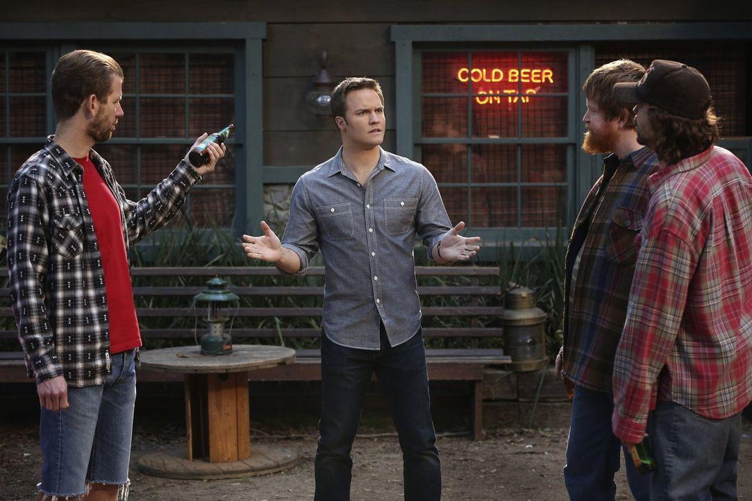 Tansy bekommt überraschend Besuch von ihren Brüdern Rudy (Matt Hobby, l.), Chicken (Bill Parks, 2.v.r.) und Rocket (Kevin Sheridan, r.), die George... - Bildquelle: Warner Bros.