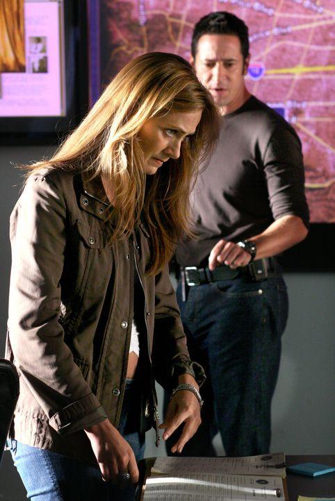 Hoffen bei ihren Recherchen auf den Mörder von Kim zu stoßen: Megan (Diane Farr, l.) und Don (Rob Morrow, r.) … - Bildquelle: CBS International Television
