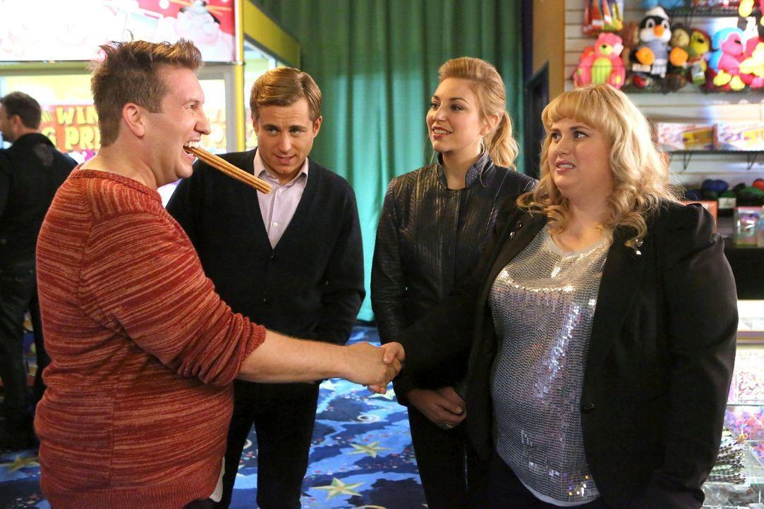 Richard (Kevin Bishop, hinten l.) und Kendall (Kate Jenkinson, hinten r.) wollen Kimmie (Rebel Wilson, r.) mit James (Nate Torrence, l.) verkuppeln.... - Bildquelle: Warner Brothers