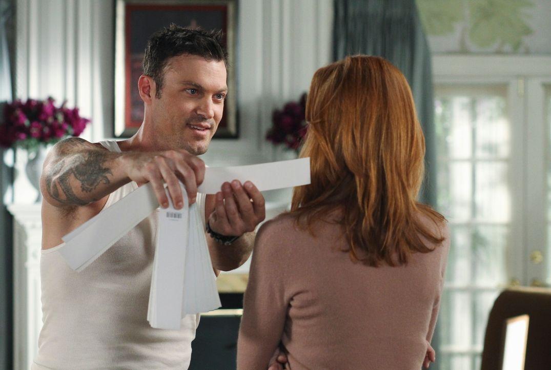 Nachdem Orson ausgezogen ist, nimmt sich Bree (Marcia Cross, r.) der Tapete im Haus an und bekommt dabei Unterstützung von Keith Watson (Brian Austi... - Bildquelle: ABC Studios