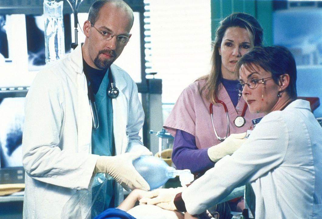 Dr. Weaver (Laura Innes, r.) und Dr. Greene (Anthony Edwards, l.) haben alle Hände voll zu tun, nachdem Hathaways Sozialstation geschlossen wurde u... - Bildquelle: TM+  2000 WARNER BROS.