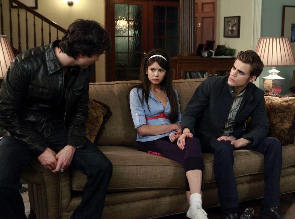 Damon (Ian Somerhalder, l.) und Stefan (Paul Wesley, r.) versuchen einen Weg zu finden, um Elena (Nina Dobrev, M.) vor dem unbekannten Vampir zu sch... - Bildquelle: Warner Bros. Television
