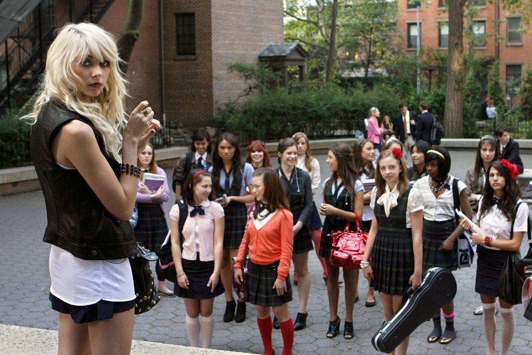 """Jenny (Taylor Momsen, l.) erklärt, dass ihre """"Regierung"""" ganz anders sein wird, als die von Blair. - Bildquelle: Warner Brothers"""