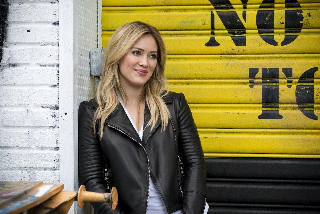 Kelsey (Hilary Duff) nimmt Liza in ihren inneren Kreis auf, nachdem diese ihr bei einem intimen Problem geholfen hat ... - Bildquelle: Hudson Street Productions Inc 2015