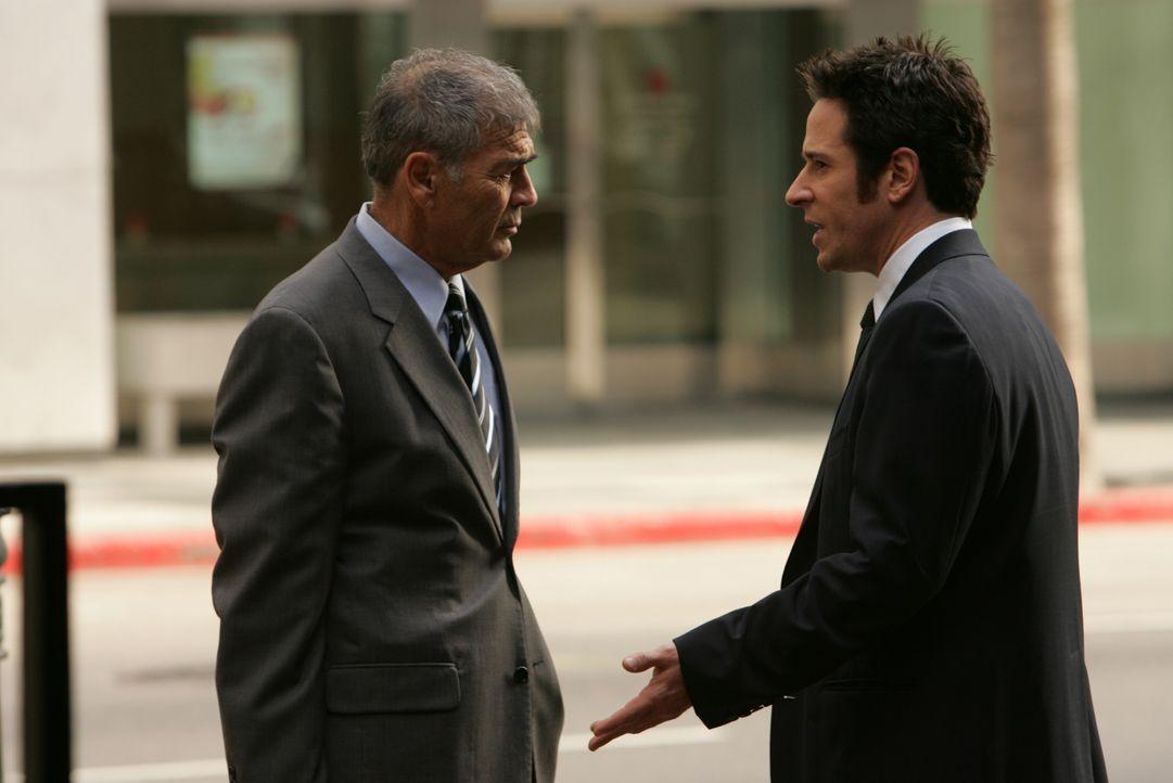 Gemeinsam versuchen sie einen neuen komplizierten Fall zu lösen: Jon (Rob Morrow, r.) und Thomas Larson (Robert Forster, l.) ... - Bildquelle: Paramount Network Television