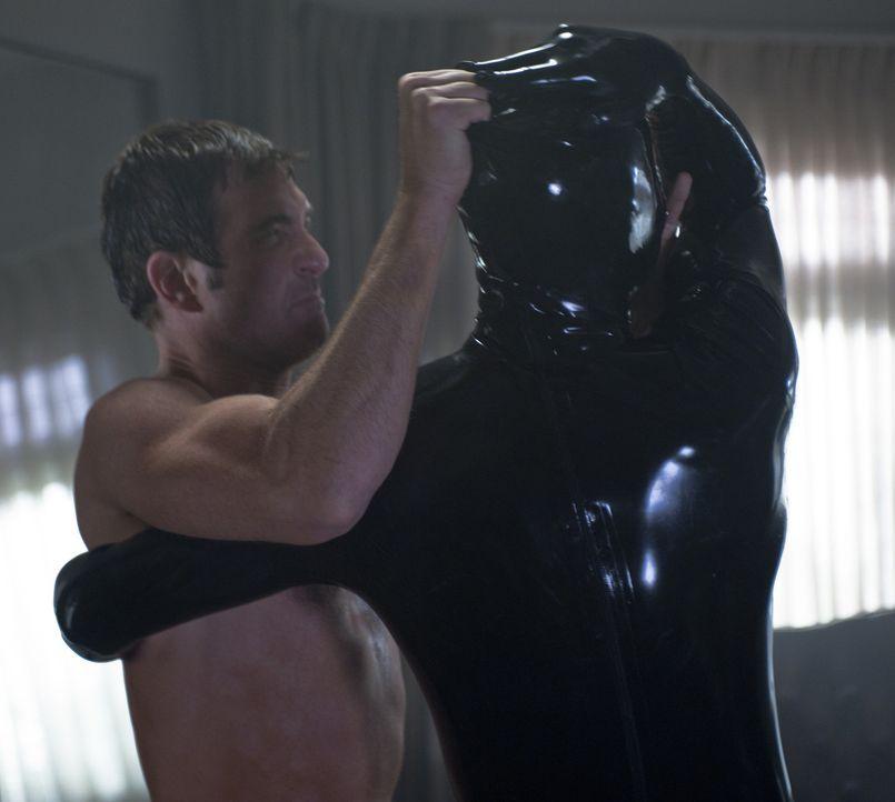 Kann sich Ben (Dylan McDermott, l.) gegen den geheimnisvollen Latex-Mann zur Wehr setzen? - Bildquelle: 2011 Twentieth Century Fox Film Corporation. All rights reserved.
