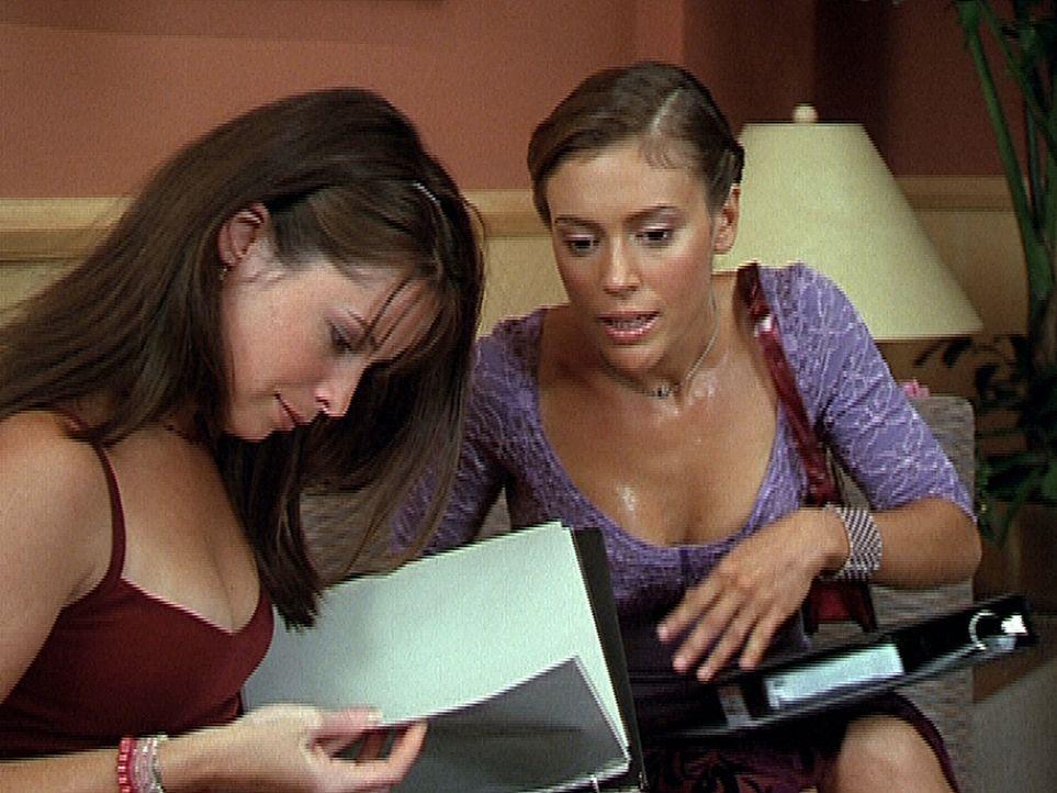Piper (Holly Marie Combs, l.) kann nicht glauben, dass Phoebe (Alyssa Milano, r.) alle Mordopfer in der Polizeiakte aus ihren Träumen kennt. - Bildquelle: Paramount Pictures
